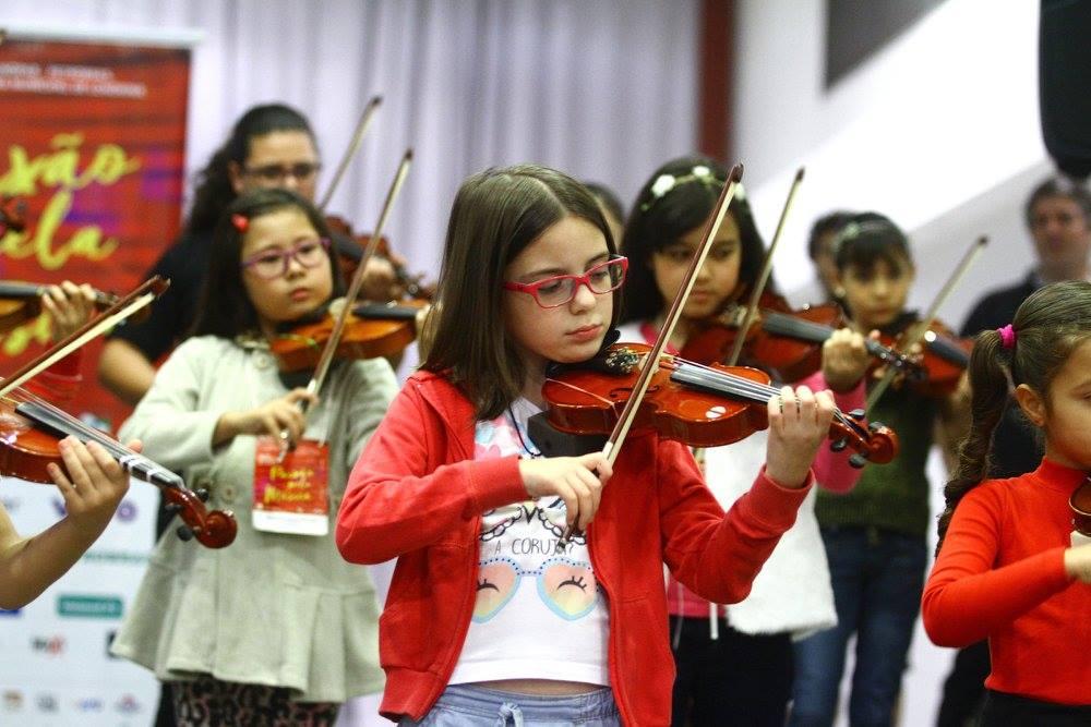 Orquestra de cordas, flautas e Coro infanto-juvenil